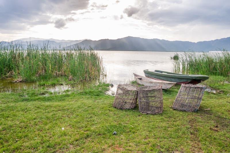 Fischenkörbe und -boote über See Jipe, Kenia lizenzfreie stockfotografie