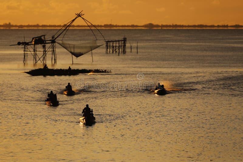 Fischenkultur in Thailand mit großen Nettofischnetzen für Fangfische, puttalung Provinz, Südostasien bei Sonnenuntergang stockfotografie