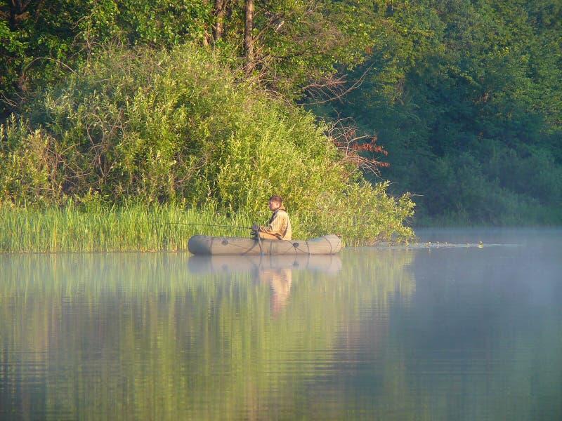 Fischenmänner auf aufblasbarem Gummischlauchboot lizenzfreies stockfoto