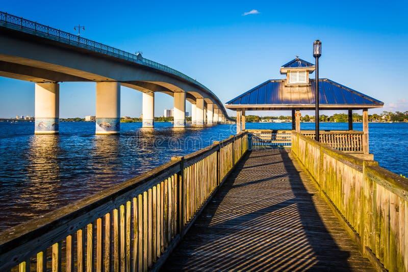 Fischenpier und -brücke über dem Halifax-Fluss in Daytona Beach, stockfotos