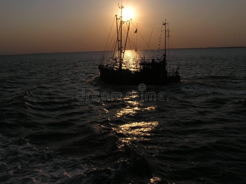 Fischenschleppnetzfischer auf Meer stockbilder