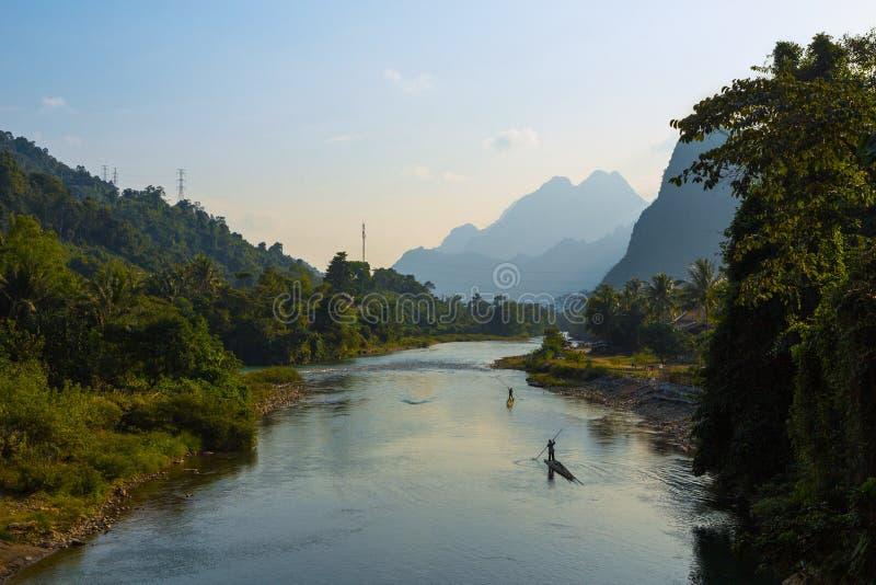 Fischer auf Bambusflössen lizenzfreie stockfotos