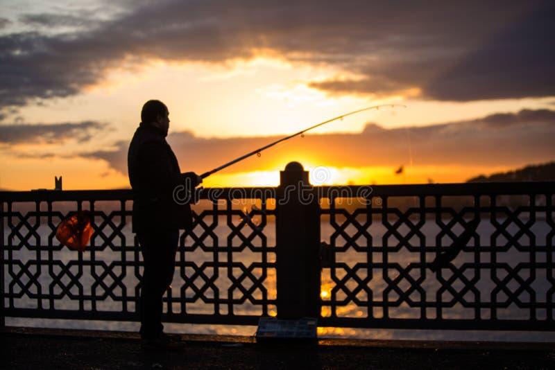 Fischer auf Brücke stockbild