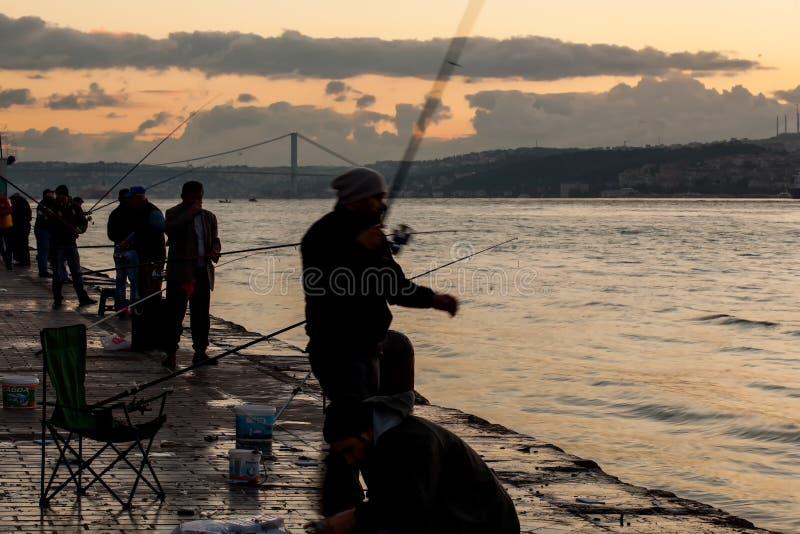 Fischer auf dem Bosphorus-Liegeplatz lizenzfreie stockfotos