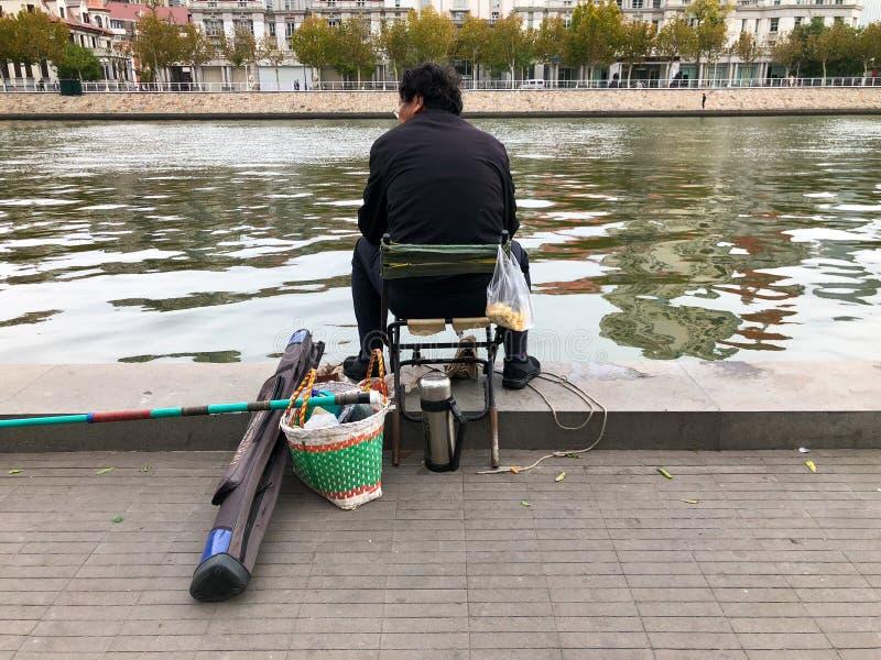 Fischer auf dem Damm des Flusses Haihe in Tianjin-Stadtzentrum, China stockfoto
