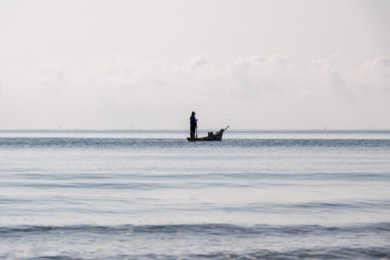 Fischer auf dem Meer lizenzfreie stockbilder