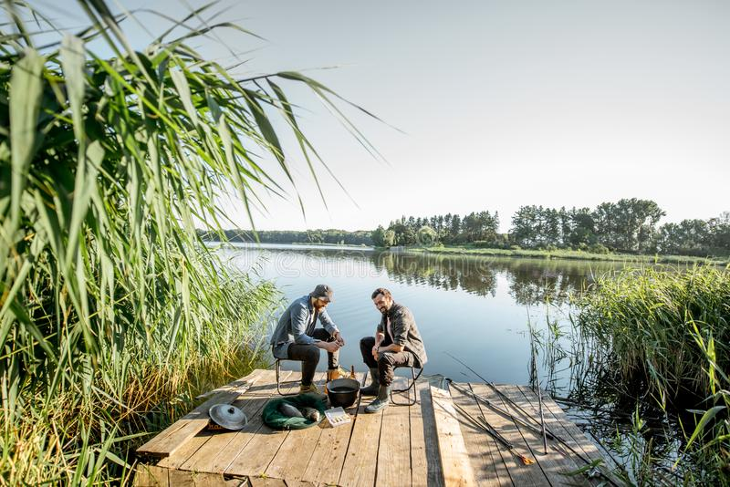 Fischer auf dem Picknick nahe dem See stockfotografie