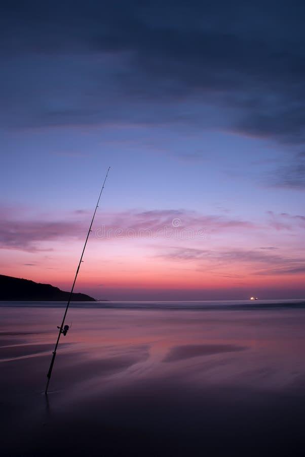 Fischer auf dem Strand lizenzfreie stockbilder