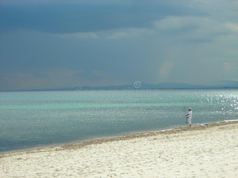 Fischer auf dem Strand in Hammamet, Tunesien lizenzfreies stockbild