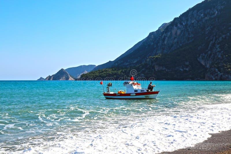 Fischer auf einem kleinen Fischerboot an der Mittelmeerküste stockfoto