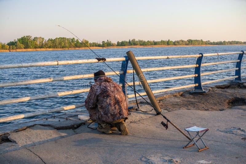 Fischer an der Küste in Kherson, Ukraine lizenzfreie stockfotografie