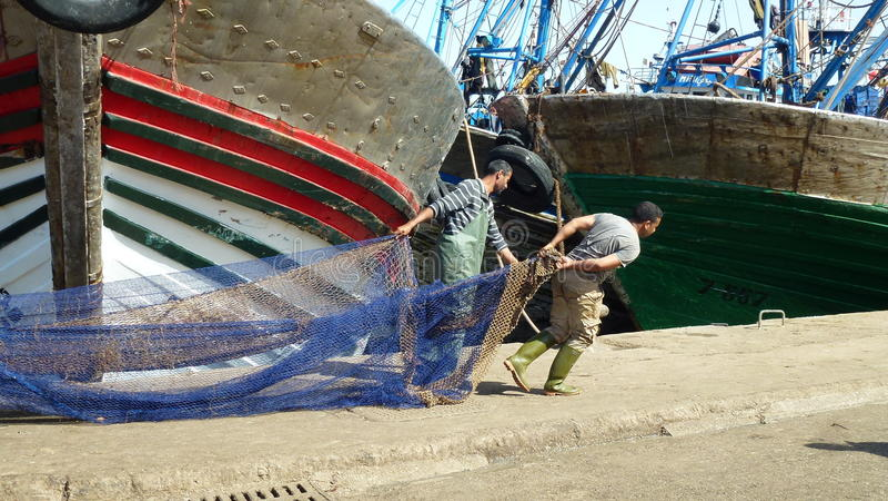 Fischer, die Fischernetz - Afrika ziehen lizenzfreie stockfotos