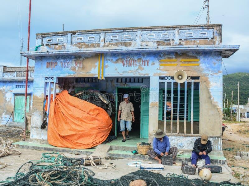 Fischer, die mit Fischernetzen arbeiten lizenzfreie stockfotos