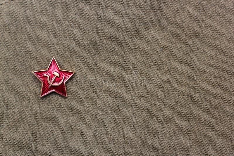 Fischer, die zur Fischerei mit traditionellem Boot gehen Verteidiger des Vaterland-Tages Ein roter Stern auf Militärhintergrund 9 stockfotografie