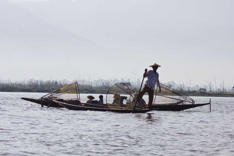 Fischer/Equilibrist auf Inle See stockfotos