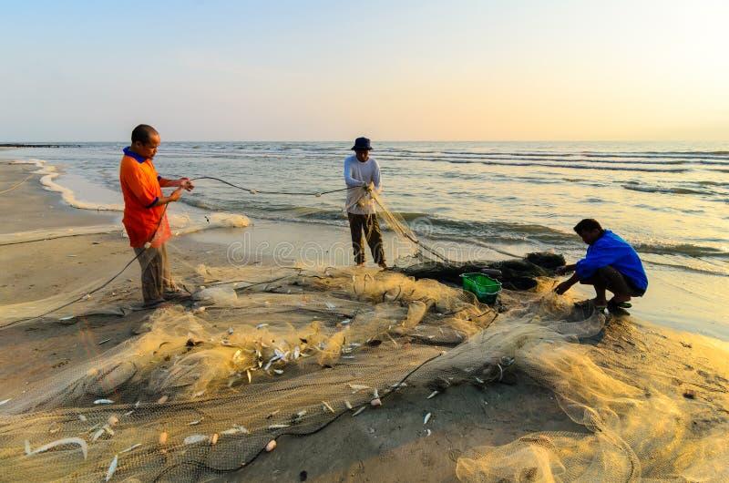 Fischer erledigen ihre Arbeit nahe Beserah-Strand, Kuantan, Malaysia stockbild