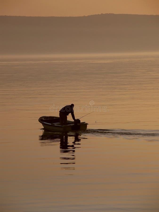 Fischer im Dunst in Meer lizenzfreie stockfotografie