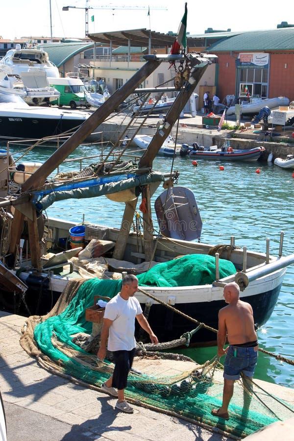 Fischer im Hafen von Castiglione, Italien stockbild
