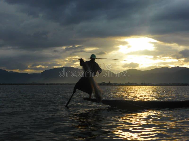 Fischer im Inle See stockfotografie