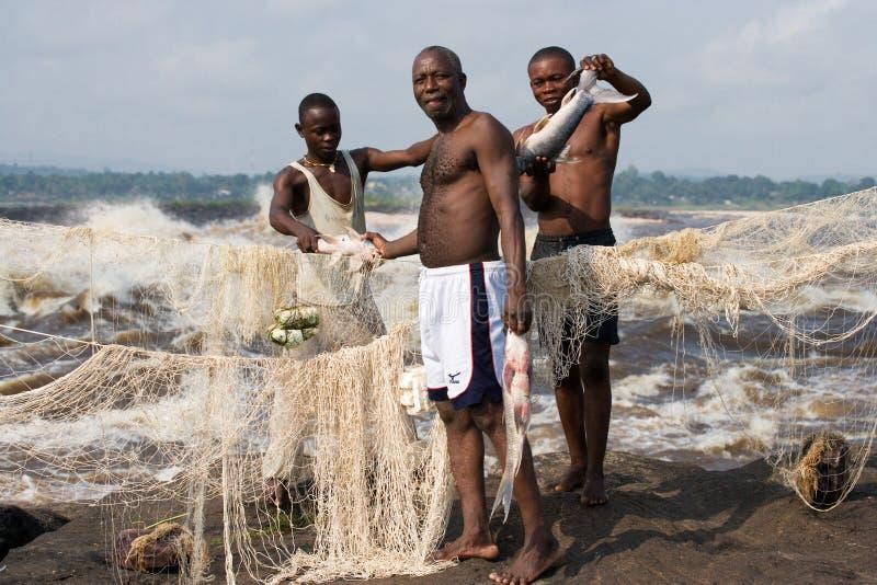 Fischer mit Fischen nahe Brazzaville Die Stromschnellen des Kongos lizenzfreies stockbild