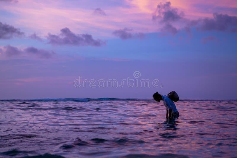 Fischer mit Korb in Bali lizenzfreie stockfotografie
