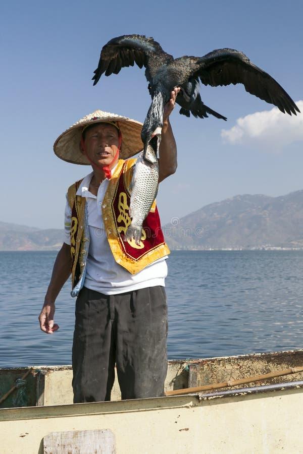 Fischer mit Vogel und Fischen lizenzfreies stockfoto