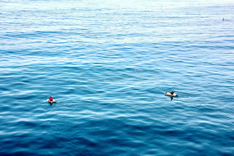 Fischer nehmen an Fischen auf improvisierten sich hin- und herbewegenden Flössen im Hafen von Tuticorin, Indien teil lizenzfreie stockfotos