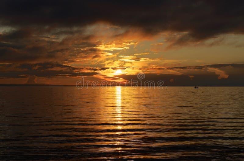 Fischer am Sonnenuntergang lizenzfreie stockfotos