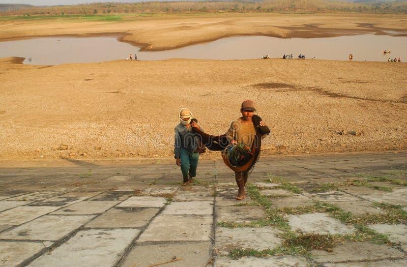 Fischer sucht Fische im dawuhan Reservoir in Madiun lizenzfreies stockbild
