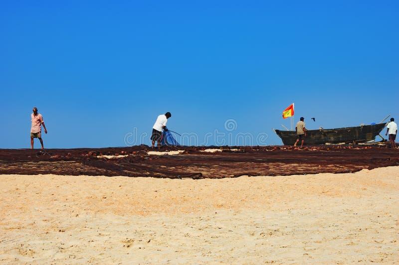 Fischer trockneten sein altes Fischer ` s Netz in Goa, Indien stockbilder