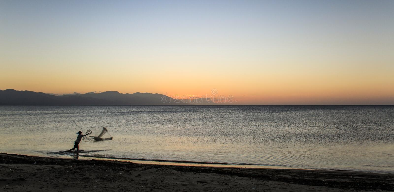 Fischer in Trujillo, Honduras, nach Sonnenuntergang stockfoto
