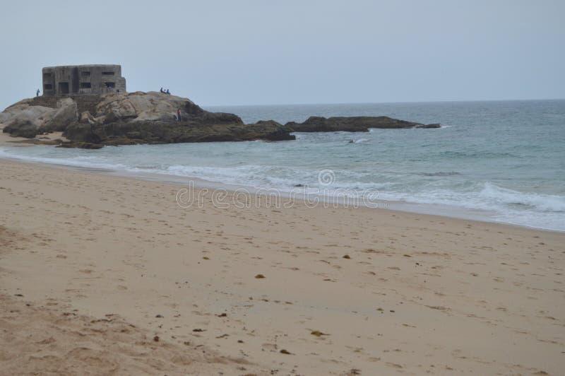 Fischer um einen deutschen Bunker auf dem Strand bei Atlanterra in Zahara Natur, Architektur, Geschichte, Straßen-Fotografie 12.  lizenzfreie stockbilder