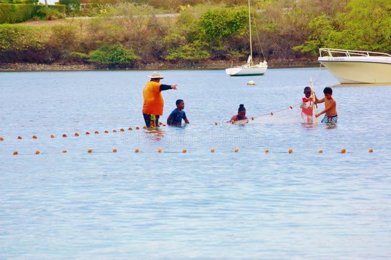 Fischer unterrichtet Kinder, Netz zu benutzen lizenzfreie stockfotos