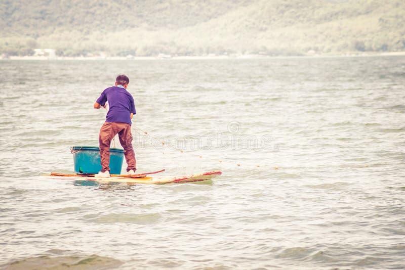 Fischer von See in der Aktion bei der Fischerei auf D?mmerung, Thailand stockfotografie