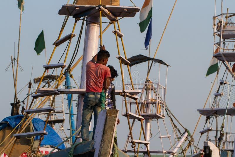 Fischer warten auf das Ende der Entleerung auf die Plattform des Schiffs stockbilder