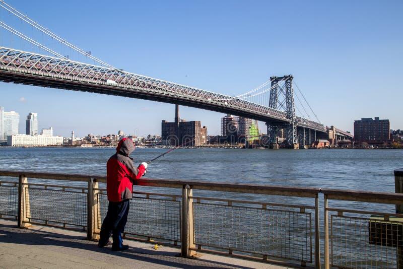 Fischer an Williamsburg-Brücke in New York lizenzfreie stockfotografie