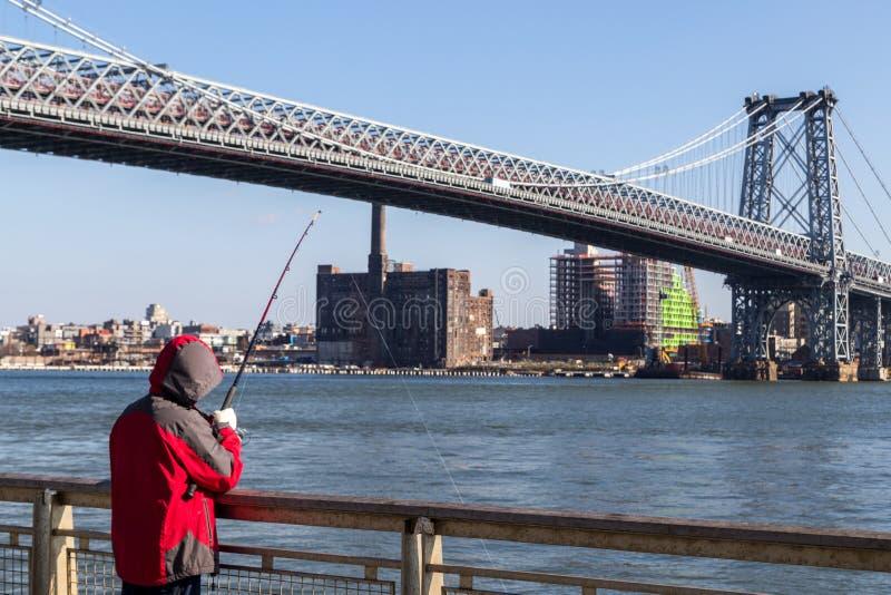 Fischer an Williamsburg-Br?cke in New York City stockfoto