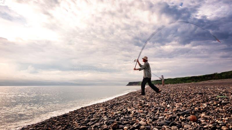 Fischer wirft seine Angelrute an Qixingtan-Strand in Hualien, Taiwan lizenzfreie stockbilder