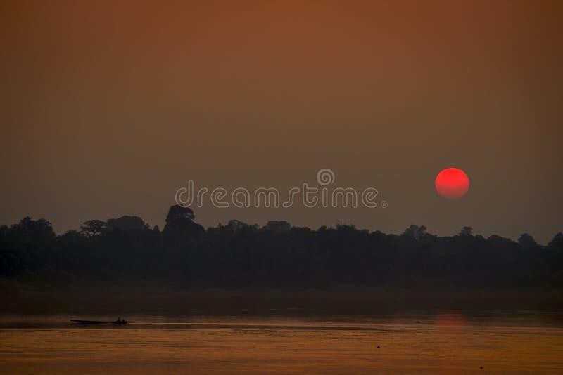Fischer zurück zu Haus bei Sonnenuntergang stockfotografie