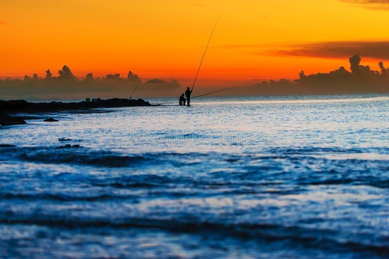 Fischer zwei an der Dämmerung stockbilder