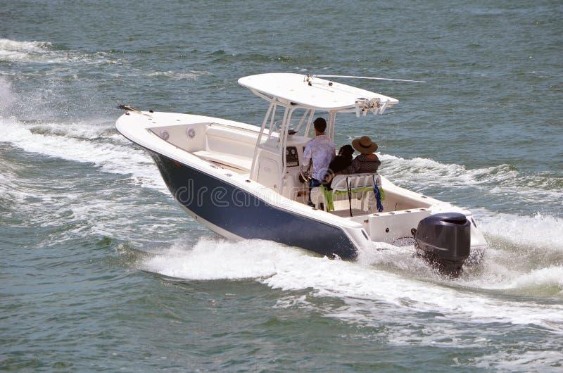 Fischerboot angetrieben durch ein Außenbordmotor lizenzfreie stockbilder
