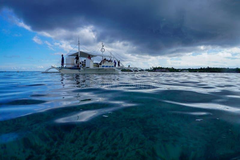 Fischerboot auf dem Meer, philippinisch stockbild
