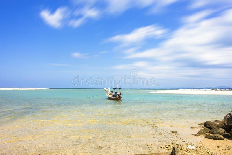 Fischerboot auf dem Meerblick und dem Wolkenbewegen stockfotografie