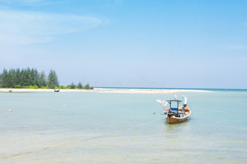 Fischerboot auf dem Meerblick und Wolke im blauen Himmel stockbilder