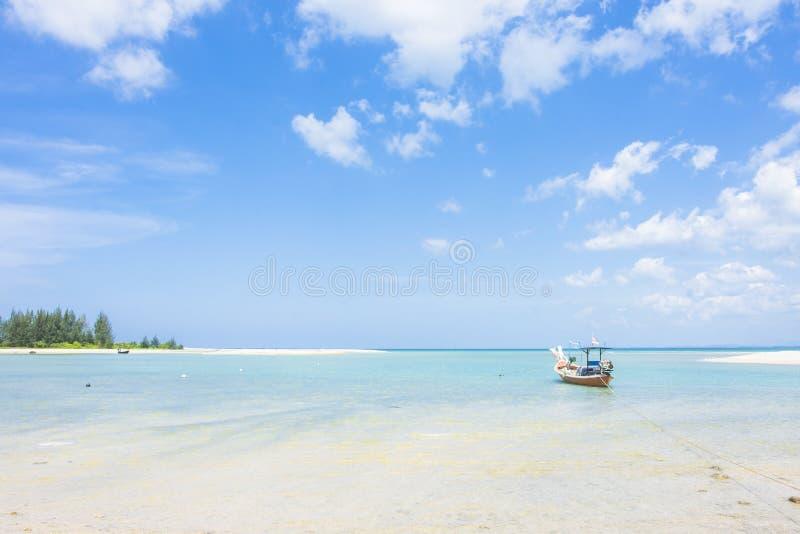 Fischerboot auf dem Meerblick und Wolke im blauen Himmel stockfotografie