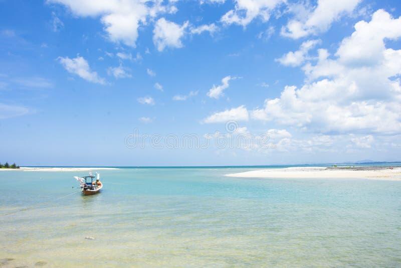 Fischerboot auf dem Meerblick und Wolke im blauen Himmel lizenzfreies stockbild