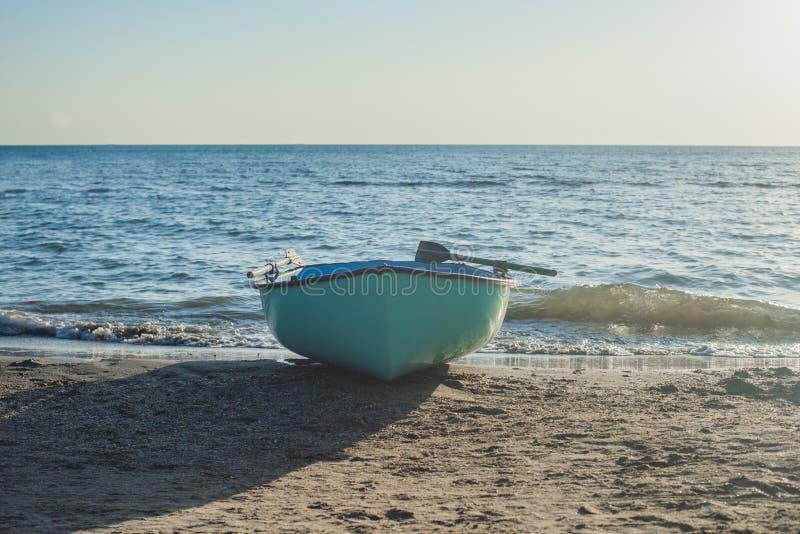 Fischerboot auf dem Strand Boot mit Rudern stockfotos