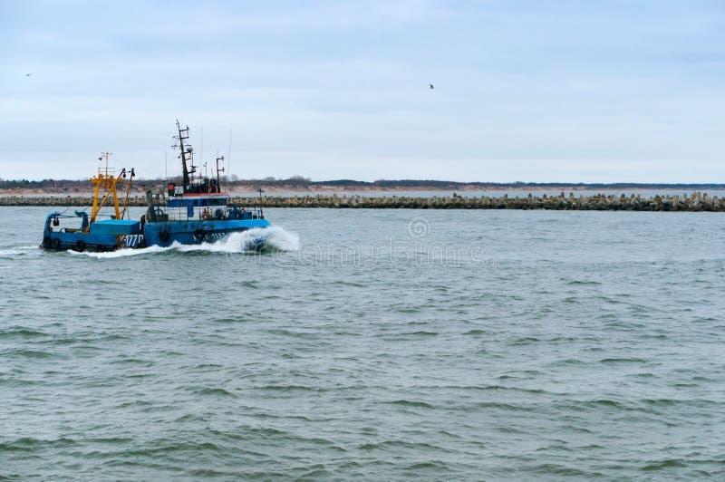 Fischerboot auf dem Wasser, kleiner blauer Fischereischoner lizenzfreie stockfotos