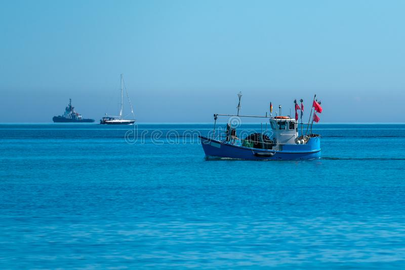 Fischerboot auf der Ostsee nahe Heiligendamm stockfotografie