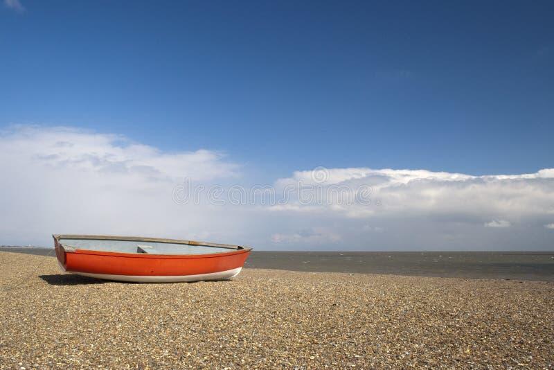 Fischerboot auf Dunwich-Strand, Suffolk, England stockbilder